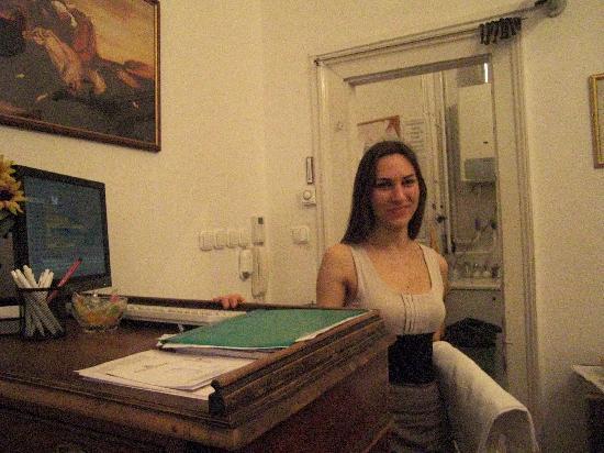 Hotel Kalvin House: Anita à la réception le WE très sympa