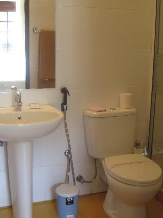 โรงแรมซีรีน การ์เด้น: the bathroom