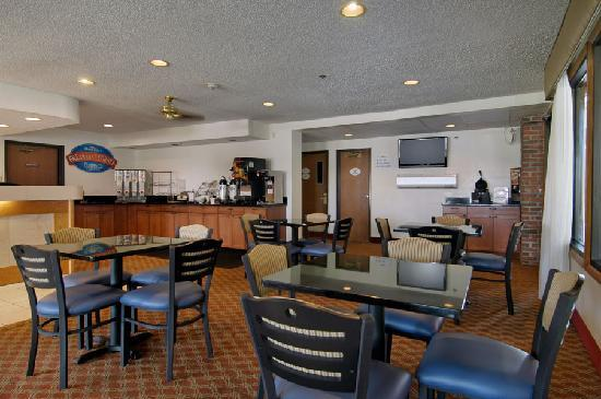 Baymont Inn & Suites LaGrange: Breakfast Bar