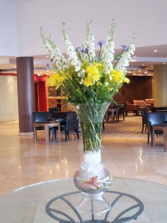 Leonardo Hotel Jerusalem : fresh flowers in the lobby