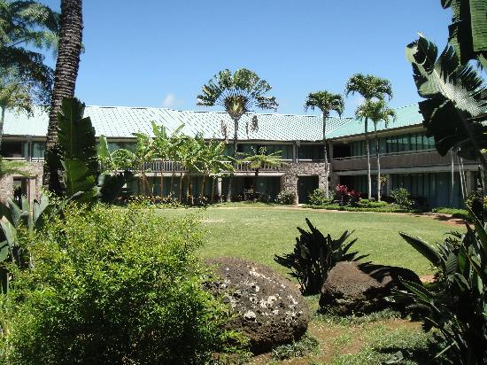 Inn at Schofield Barracks: The courtyard is quiet and beautiful.