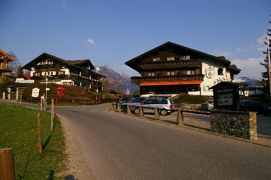 Hotel Bergruh: Hauptgebäude rechts und Landhaus links