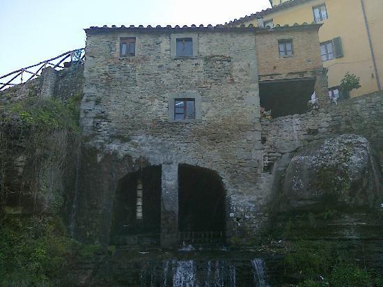 Mulino ad acqua nel centro di Loro Ciuffenna