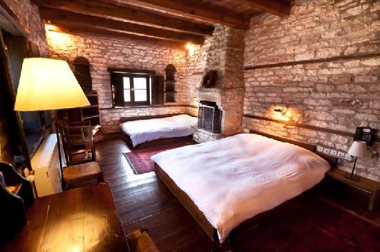 Aristi, Grèce : bedroom with a fireplace!!!