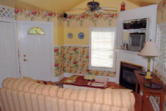 Shamrock Thistle & Crown Bed and Breakfast: Cottage - Living Area