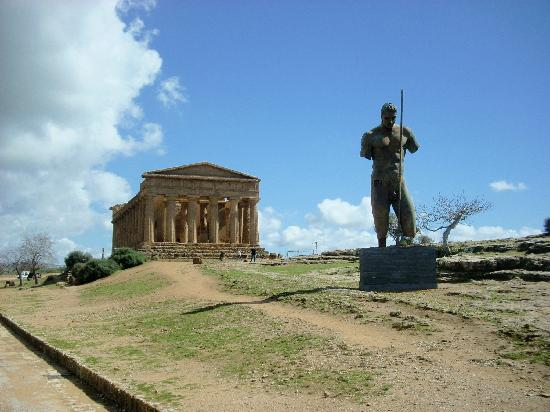 Tempio della Concordia : Here another shot of the Temple with a statue from a special exhibition.