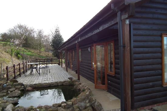 Newton le Willows, UK: Back of lodge with veranda and pond