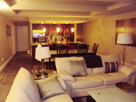 Whale Cove Inn: Living room area