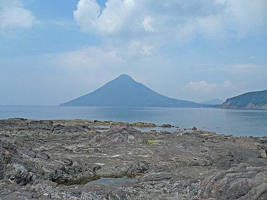 Ibusuki, Japan: 岩場から開聞岳を撮影