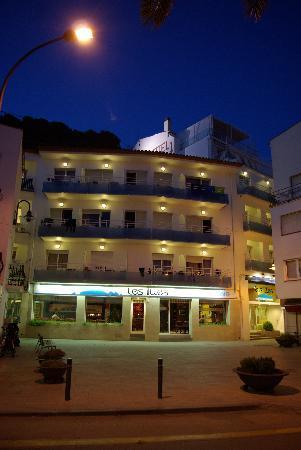 Hotel Les Illes: FACHADA NOCHE