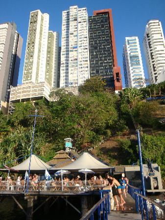 Sol Victoria Marina : hotel (negro y rojo) desde el barito y piscinas del nivel del mar