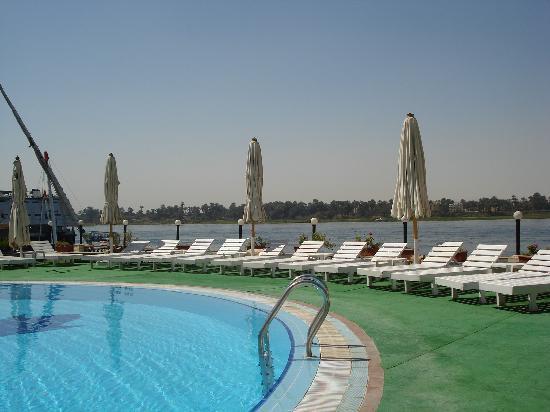 Lotus Luxor Hotel: Empty pool