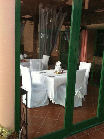 El Patio de Lajares: matsalen sedd utifrån poolområdet