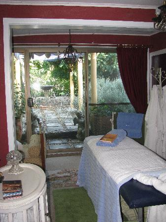 Le Petit Palais Villas: Treatments room