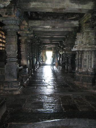 Belur, Hindistan: The interiors reflect the light inward, lighting up the temple