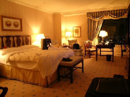 ذا ريتز كارلتون أوساكا: 部屋です。ベッドが高いですね~