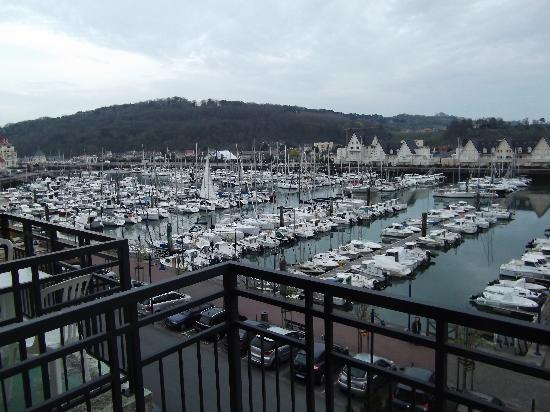 Dives-sur-Mer, Francia: ausblick vom balkon auf die marina