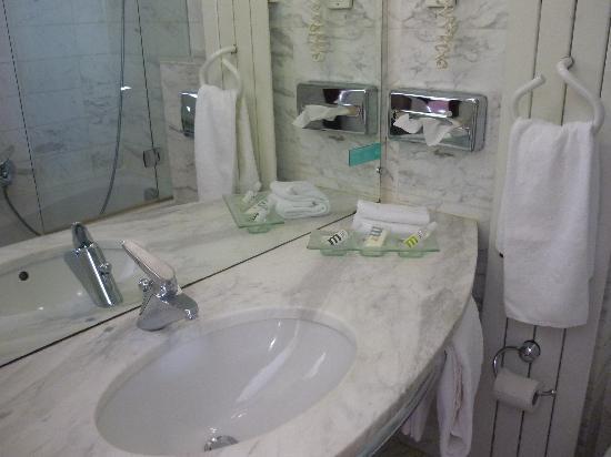 Mercure Strasbourg Centre Gare : Our Bathroom