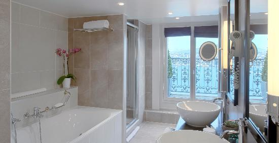 Partially open bathroom picture of hotel de la paix for Salle de bain geneve