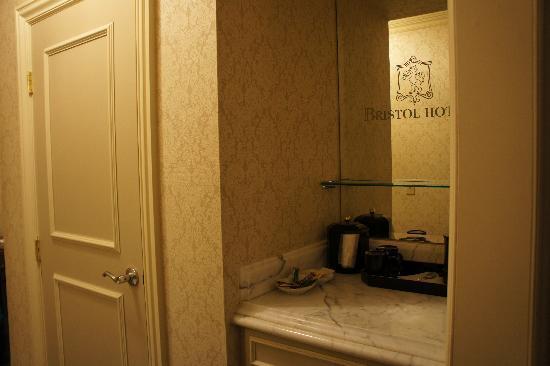 Bristol Hotel: Mirror with fridge below