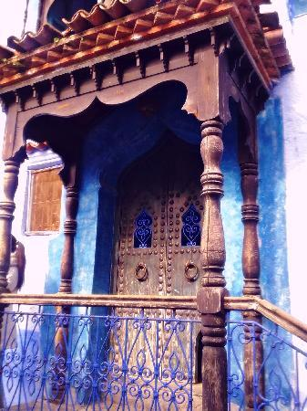 Chefchauen, Marruecos: an old door of a chefchaouen house