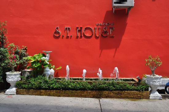 S.T. House: Aussenansicht Logo
