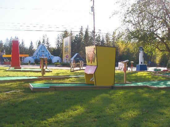 Evergreen Motel: Our 18 hole mini golf course across from Santa's Village