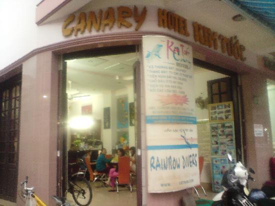 Hotel Canary Kim Tuoc: Canary Hotel from street