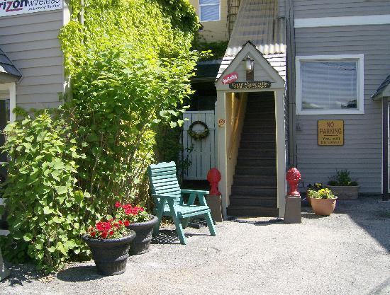 Grand Manor Suites: Rear  Entrance