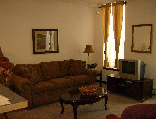 Grand Manor Suites: Living Room