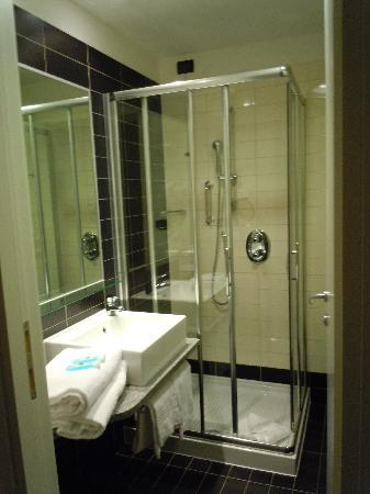 Holiday Inn Express Rome-east : Small but well appointed bathroom