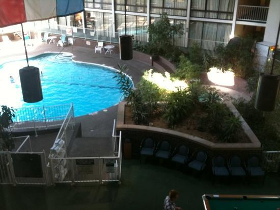 Travelodge Peoria Hotel and Conference Center: pool area