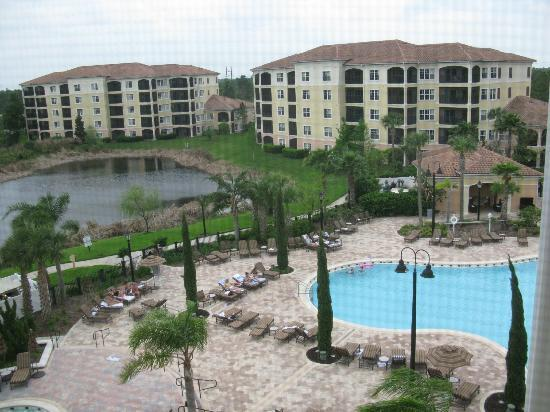 WorldQuest Orlando Resort: View of the pool area from our 5th floor room
