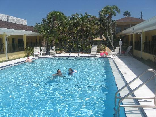 The Hotel Sol: pool goes from 3ft to 8f