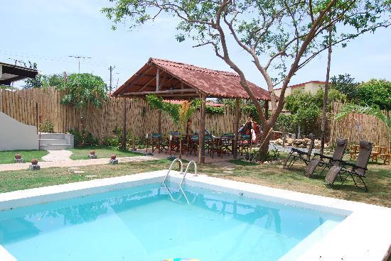 Pedasito Hotel: piscina y parte atras bamboo
