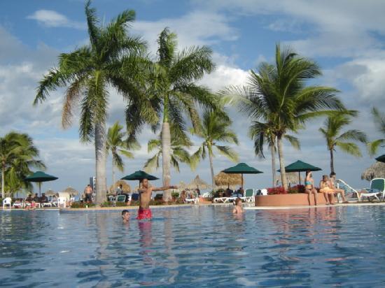 Royal Decameron Golf, Beach Resort & Villas : piscine bien aménagé