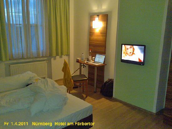 Hotel am Färbertor: Zimmer mit modernem Flachbildschirm und kl, Tisch für Laptop