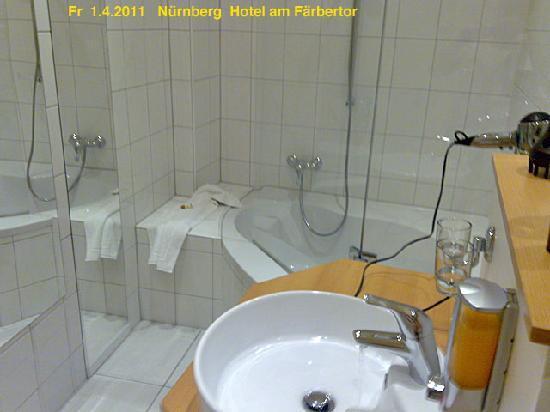 Hotel am Farbertor: modernes Badezimmer mit eck-Badewanne