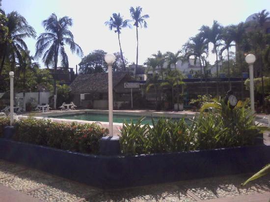 Auto Hotel Ritz Acapulco: Alberca, Snack Bar y Restaurant al fondo