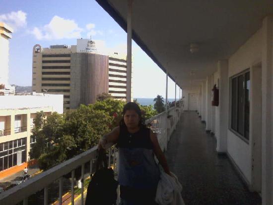 Auto Hotel Ritz Acapulco: Corredor con vista a la calle Auto Hotel Ritz
