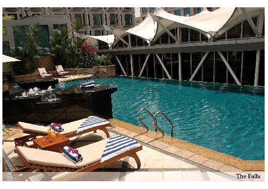 Peninsula Excelsior Hotel: The Falls Swimming Pool