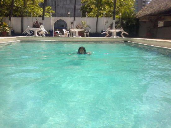 Auto Hotel Ritz Acapulco: Nadando en alberca limpia Auto Hotel Ritz