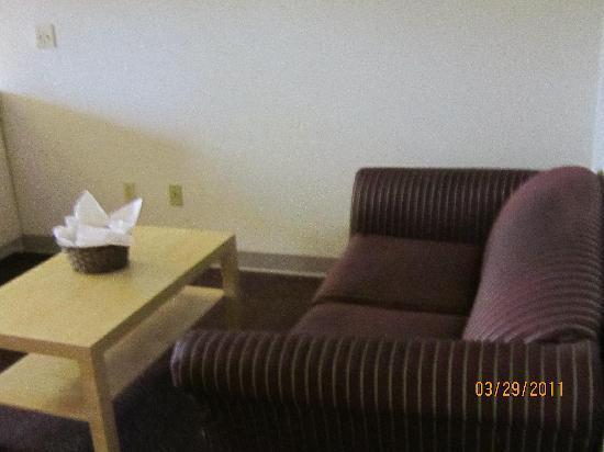 Super 8 Sacramento Airport : Sofa area