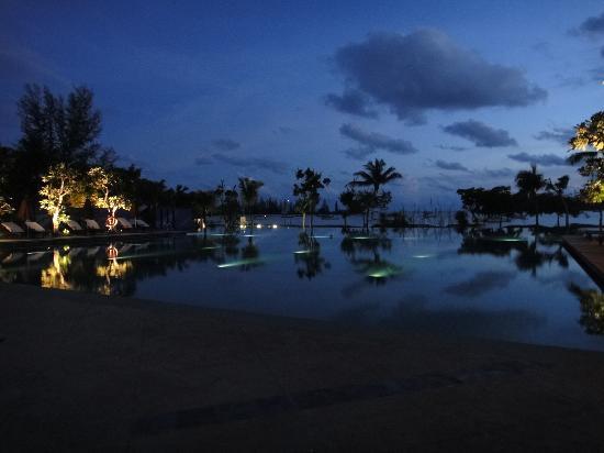 เดอะ ดันนา ลังกาวี มาเลเซีย: Pool at night