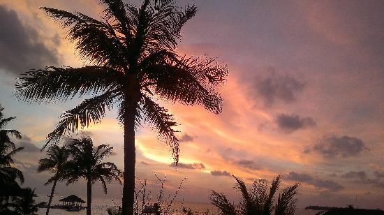 Holiday Inn Resort Kandooma Maldives : вот такие там закаты