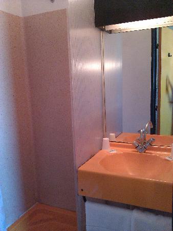 Hôtel de l'Aéroport : Very small wc/shower room