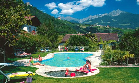 Lagundo, Italia: Pool im Garten