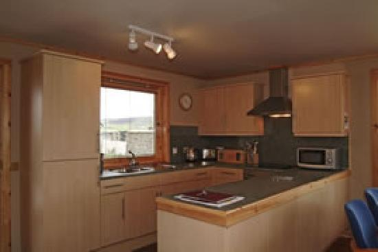 Buxa Farm Chalets & Croft House: Chalets-fully fitted kitchen with all the modern cons