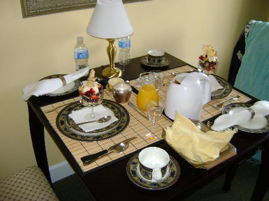 The Yellow House Victoria Bed and Breakfast : Coupe de fruits frais au déjeuner!