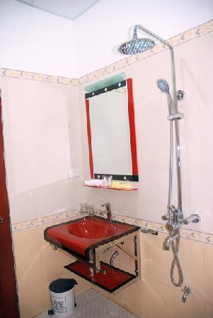 Chau Son Hotel: bath room